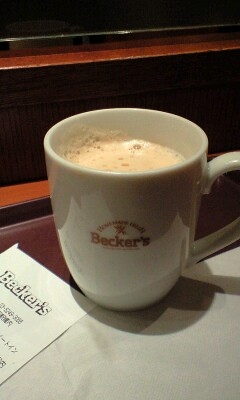 カフェラテ in Becker's at Akabane Station